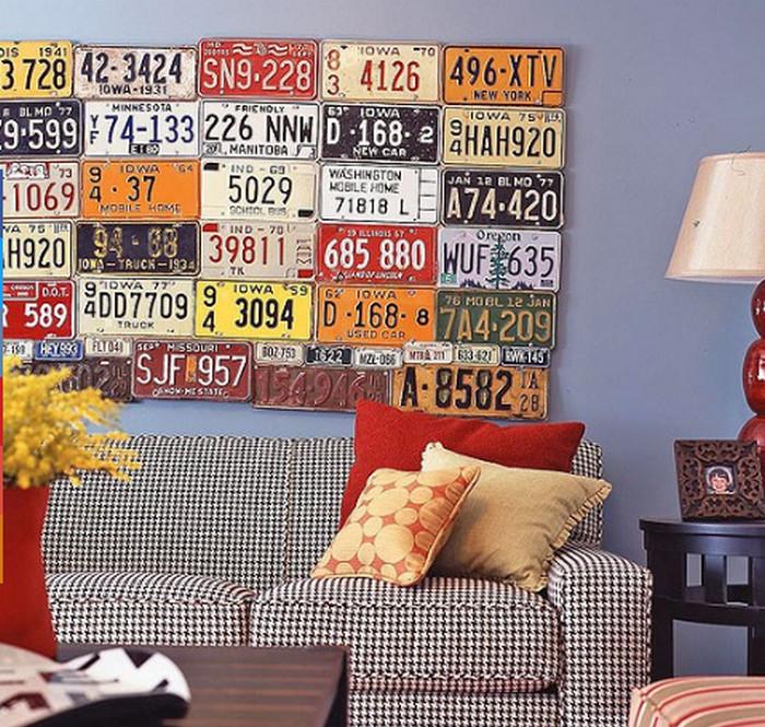 номерные знаки на стене