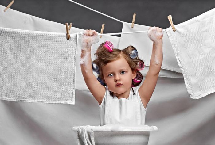 белое белье сушится на веревках