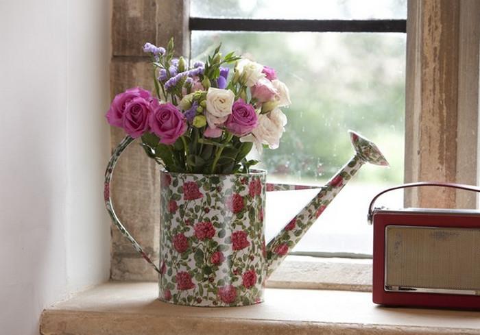 цветы в вазе на подоконнике