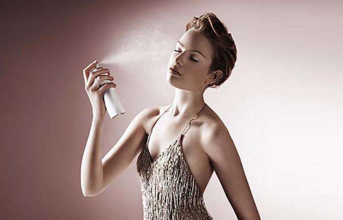 девушка разбрызгивает термальную воду