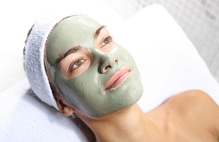 маска из глины на лице