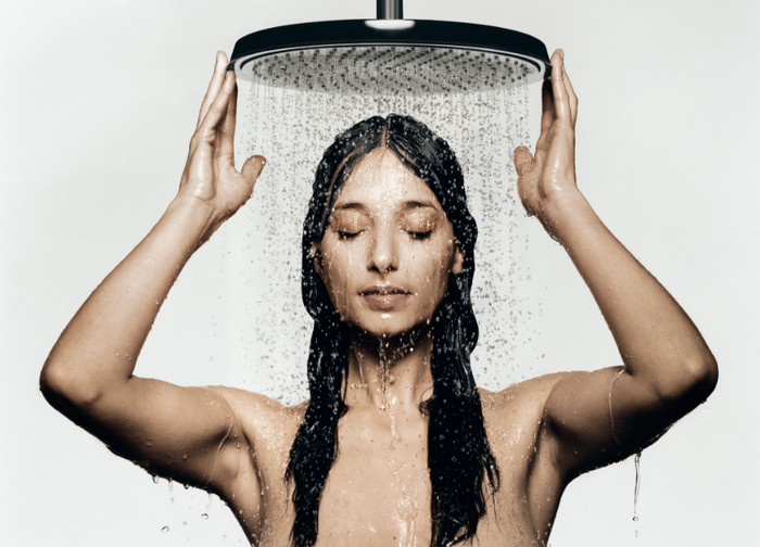 Картинки по запросу девушка принимает душ