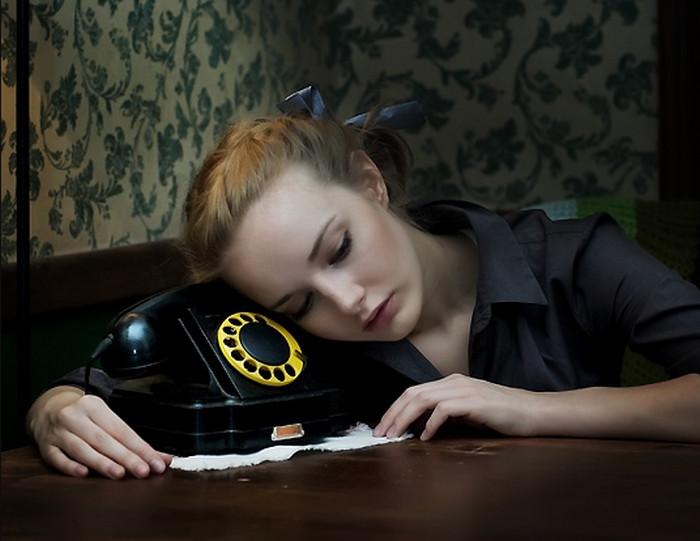 девушка ждет у телефона