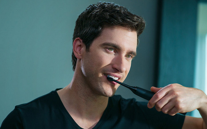 мужчина чистит зубы