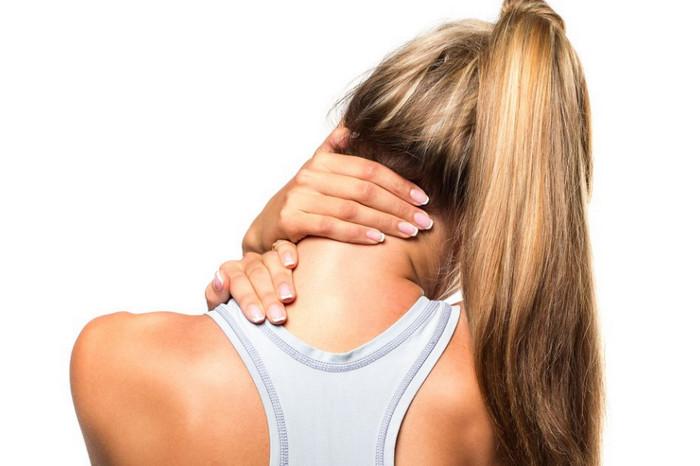 женщина наклоняет шею