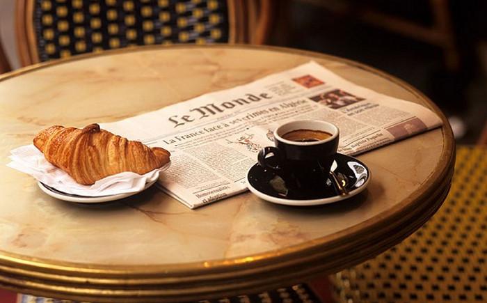 кофе и газета le monde