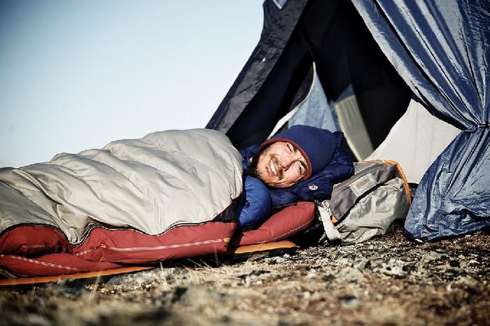 человек спит в спальнике