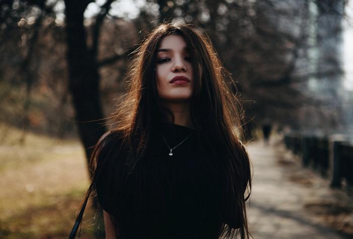 девушка в черном свитере