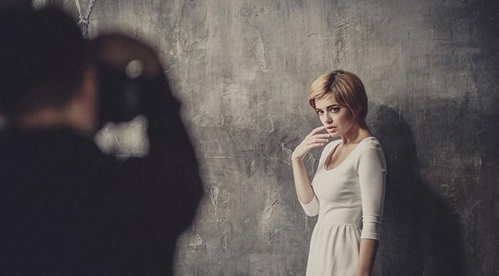 фотограф снимает девушку