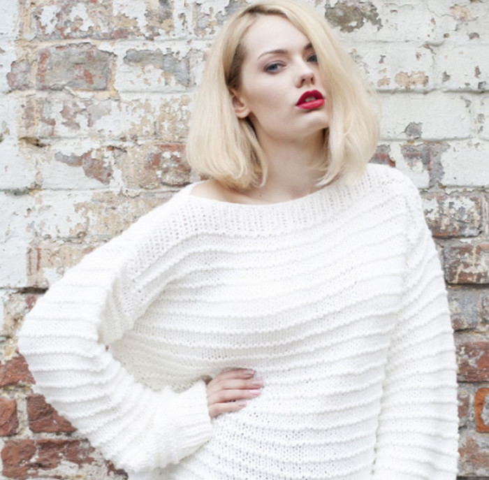 девушка в белом свитере