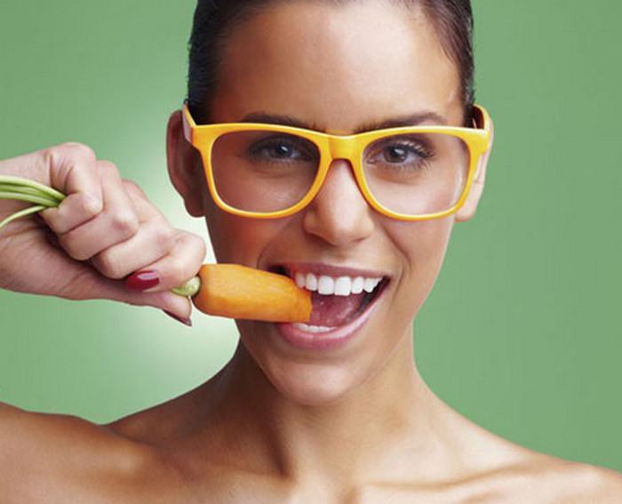 девушка с морковкой