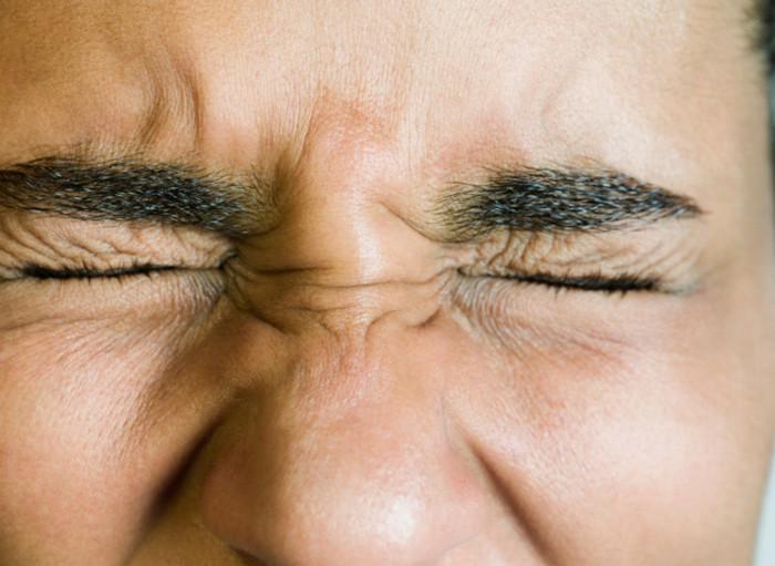 человек зажмурил глаза