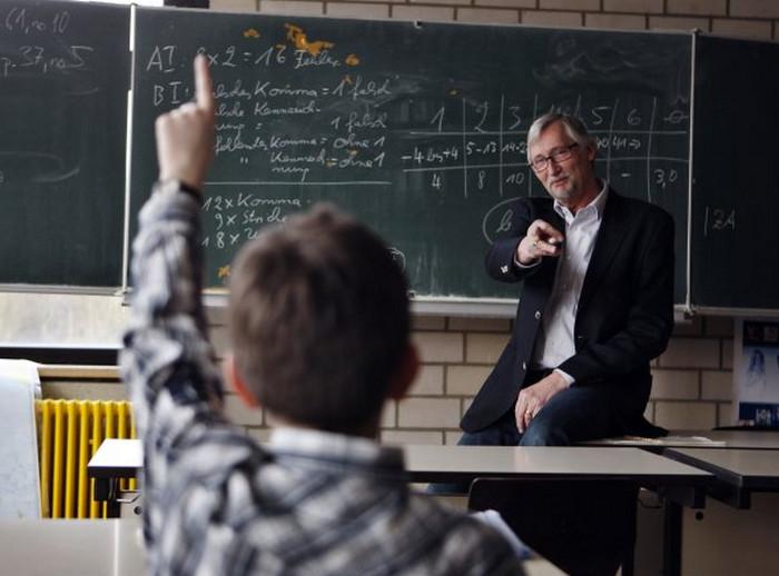 ученик задает вопрос учителю
