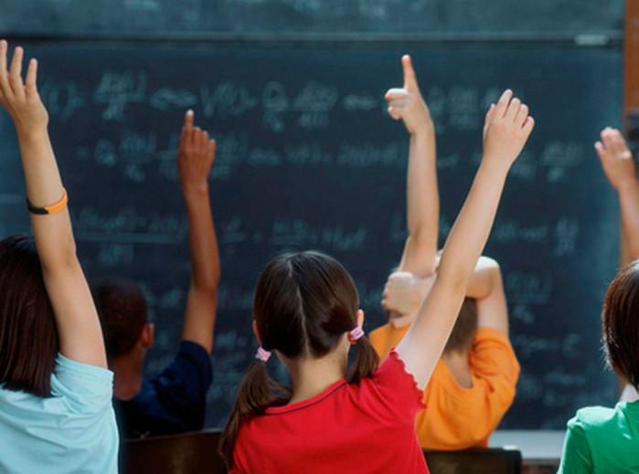 ученики поднимают руку