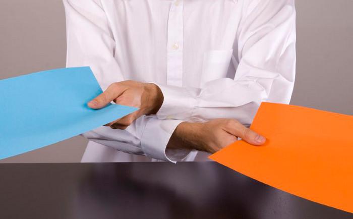 человек раздает бумаги с делами