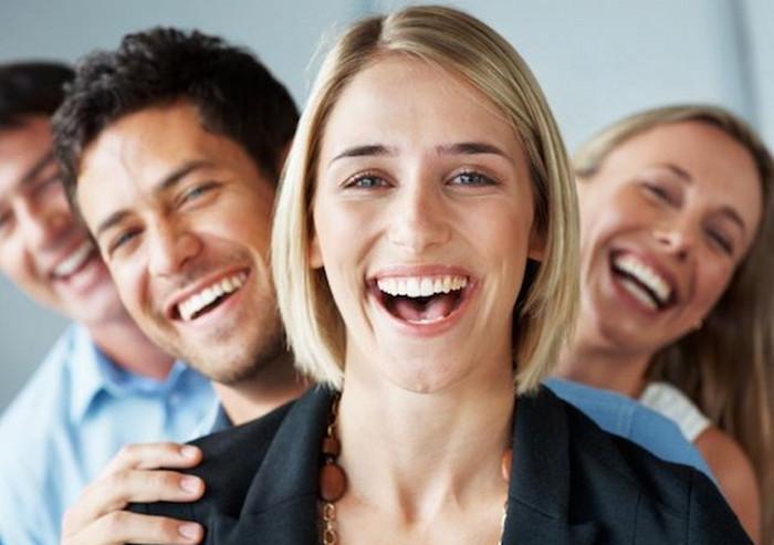 улыбающиеся люди