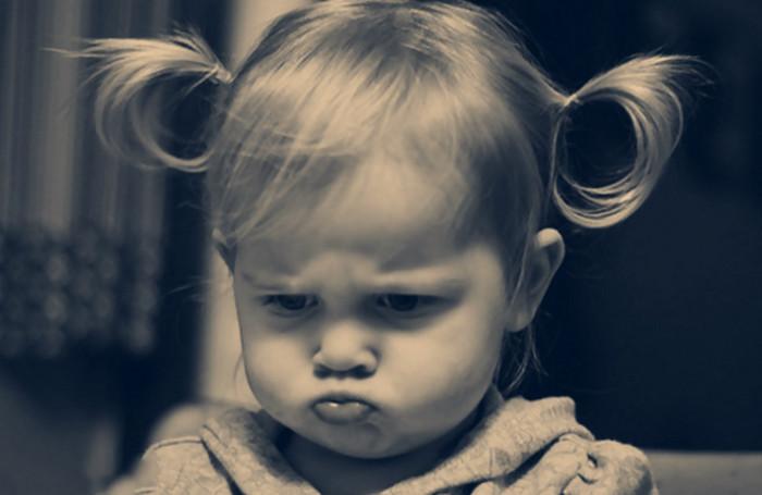 маленькая девочка дуется