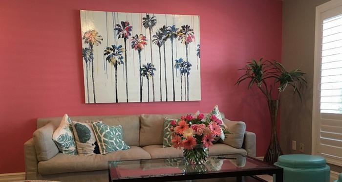 картина на розовой стене