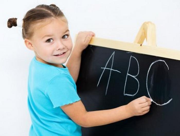девочка пишет алфавит