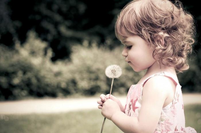 девочка с одуванчиком