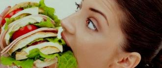 девушка ест бутерброд