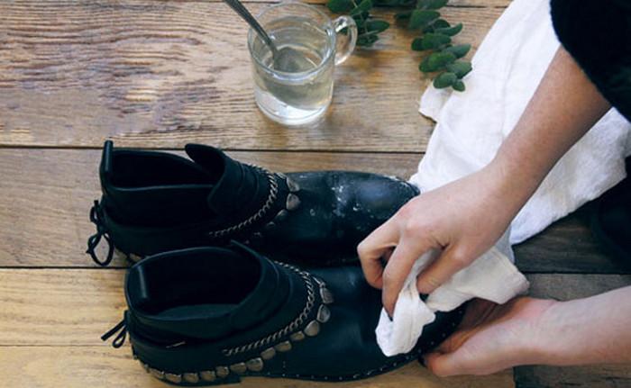 протирать ботинки уксусом