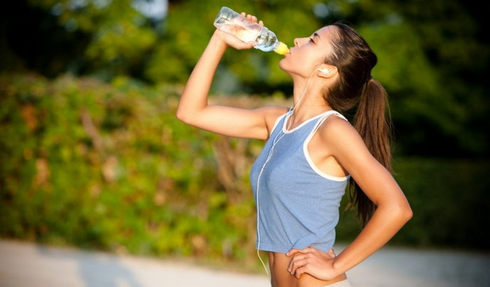 девушка пьет воду из бутылки