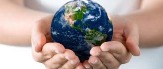 девушка держит на руках земной шар