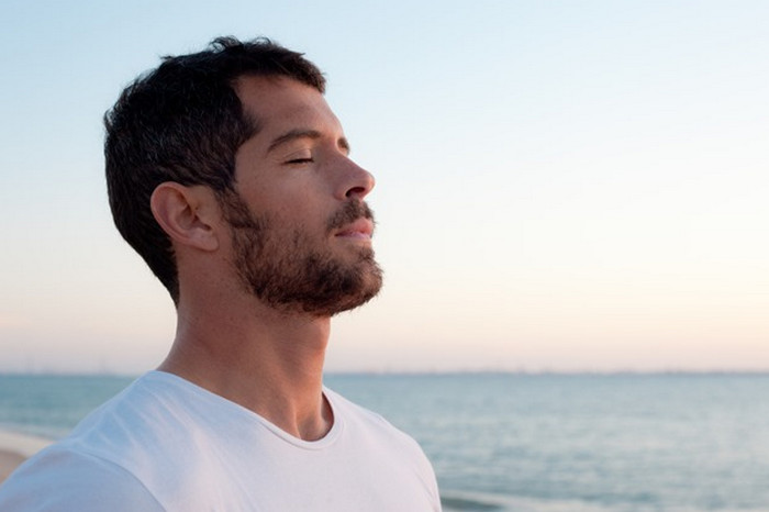 мужчина отдыхает у моря