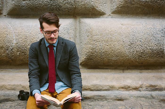 мужчина читает книгу