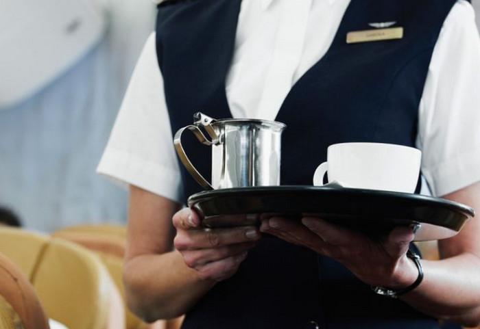 стюардесса предлагает чай