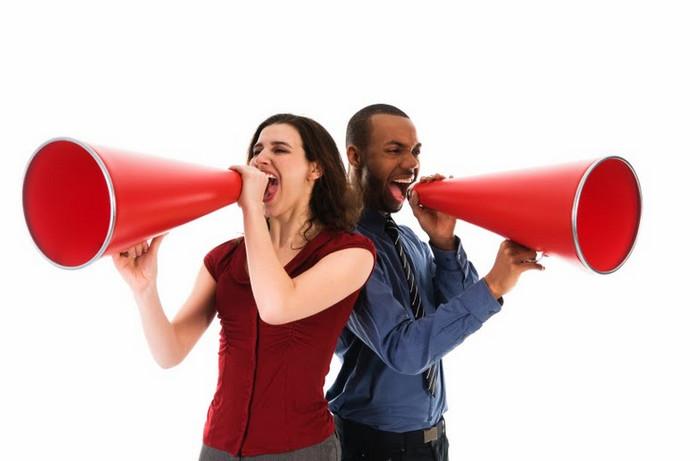 люди говорят в громкоговоритель