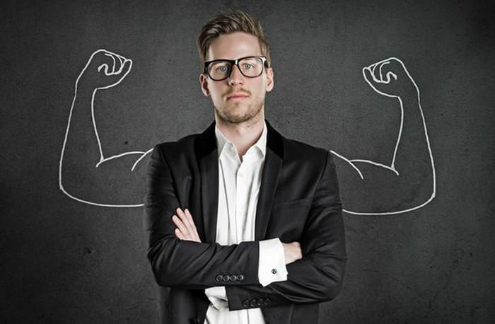 мужчина с крепкими мышцами