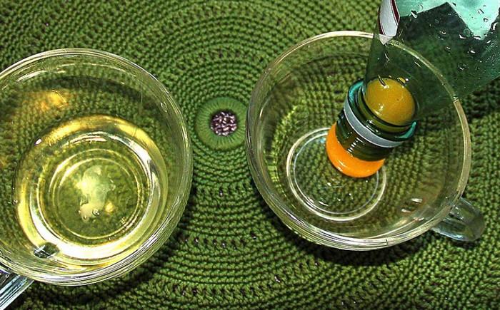 желток в пластиковой бутылке