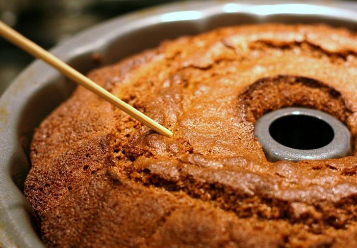 деревянная шпажка в пироге