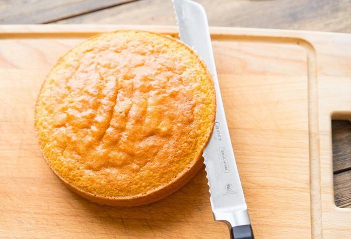 разрезать пирог ножом