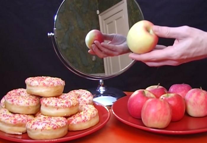 зеркало и яблоко
