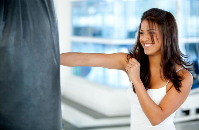 девушка боксирует