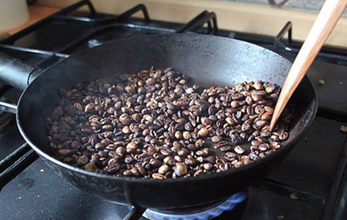 кофейные зерна на сковороде