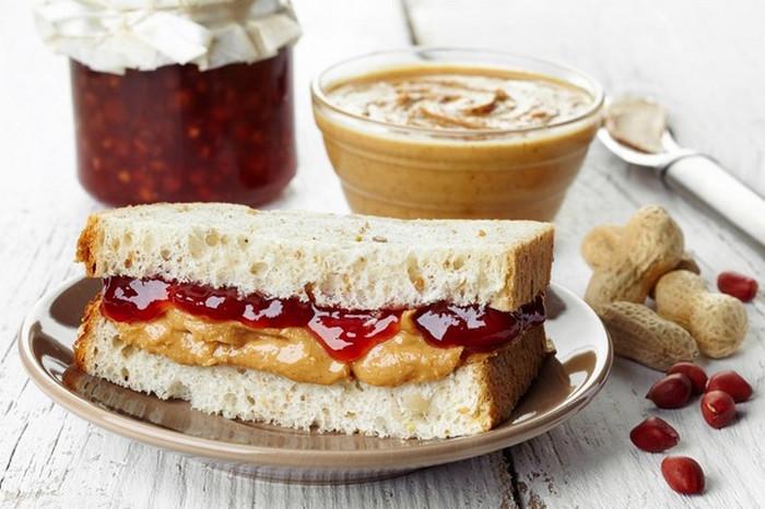 бутерброд с ореховой пастой
