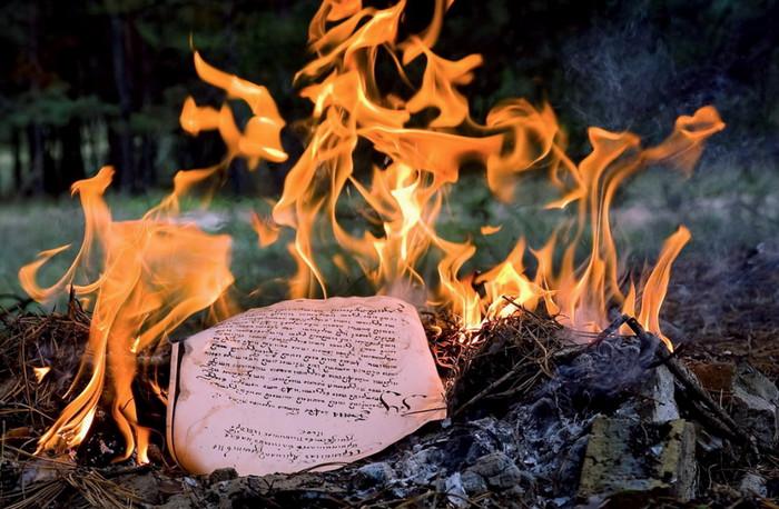 письмо горит в огне