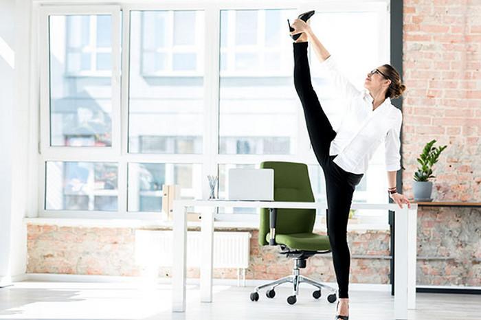 девушка занимается фитнесом на работе