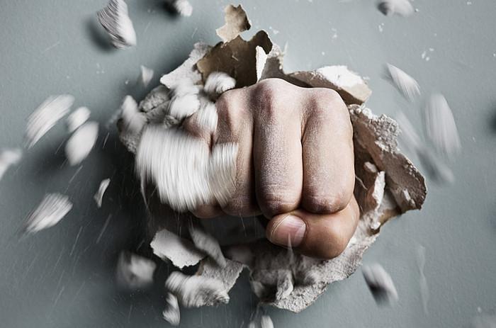 кулак пробивает стену