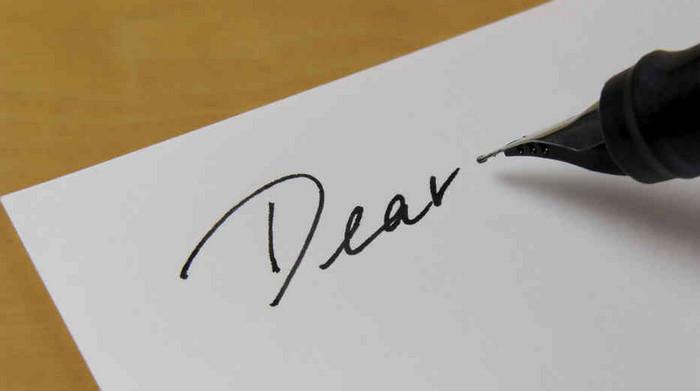 слово dear на листе бумаги