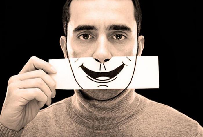 мужчина с карточкой улыбка