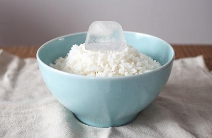 кубик льда в тарелке с рисом
