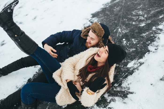парень и девушка падают на льду