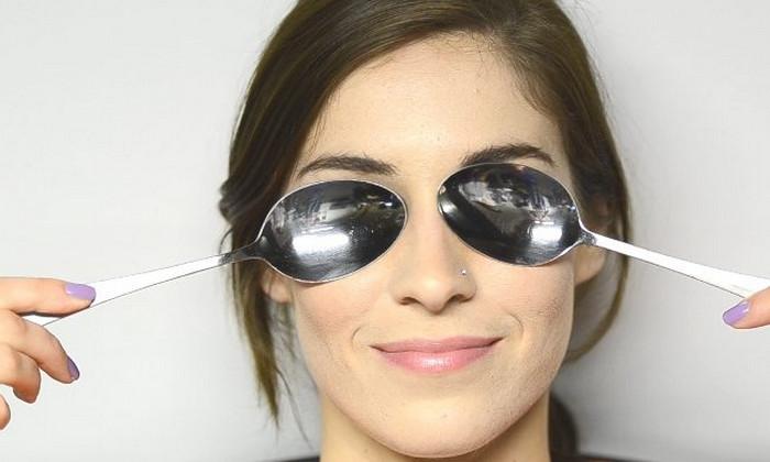 металлические ложки на глазах