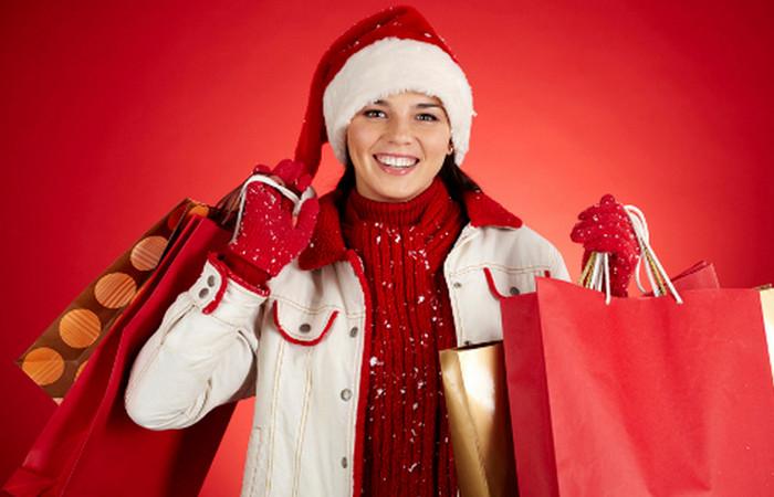 девушка с подарочными пакетами