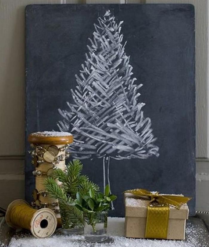 нарисованная мелом на грифельной доске елка